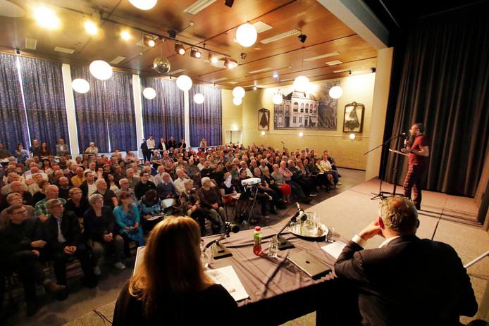 Wouw : info-avond over nieuwbouw  Bravis Ziekenhuis in gebouw De Geerhoek foto: Pix4Profs/Gerard van offeren Richard Pal van Bravis Ziekenhuis spreekt tot de zaal