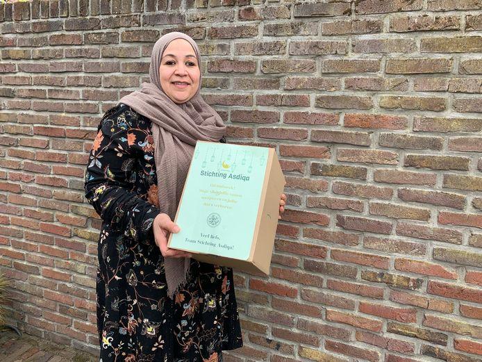 Vrijwilligster Mimount Sottouti zorgde voor suikerfeestpaketten voor gezinnen met financiële zorgen.