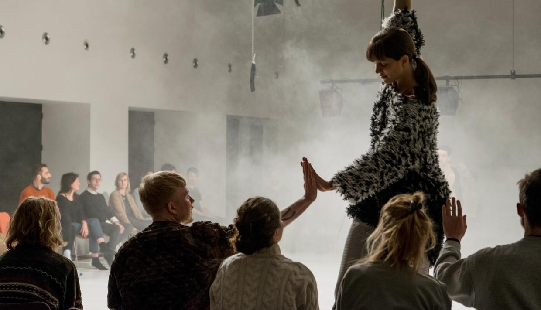 Vera Tussing doet in haar voorstelling Mazing onderzoek naar samenzijn. Beeld Alessandra Rocchetti
