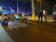 Auto botst frontaal op boom in Enschede: één gewonde