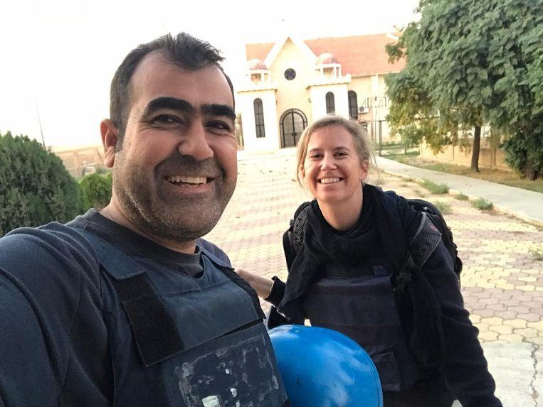 Kamiran Sadoun maakt een selfie met Volkskrant-correspondent Ana van Es. Sadoun, een prijswinnende rechterhand voor correspondenten van internationale media, werd gearresteerd en mishandeld door Koerdische autoriteiten. Beeld Kamiran Sadoun.