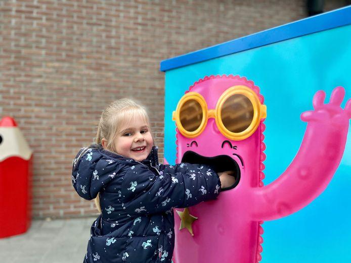Ella (5) uit het derde kleuterklasje is alvast blij met de nieuwe handreinigingsautomaat 'Mr Probi'