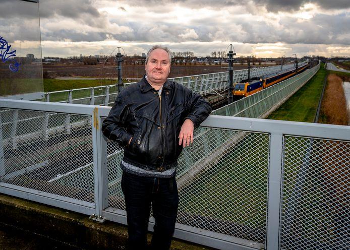 Berkelaar Joost Smits (55) is sceptisch over de huidige bouwplannen voor Wilderszijde. Van de hsl bijvoorbeeld verwacht hij de komende jaren meer geluidsoverlast, omdat over dit spoor vaker en sneller gereden zal moeten worden.