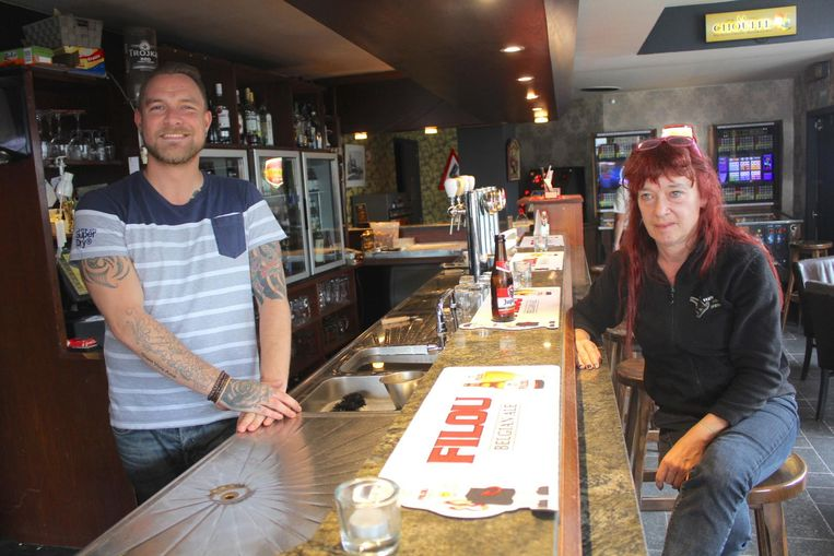 Cafébaas Sven en klant Christel hebben al veel vechtpartijen gezien.