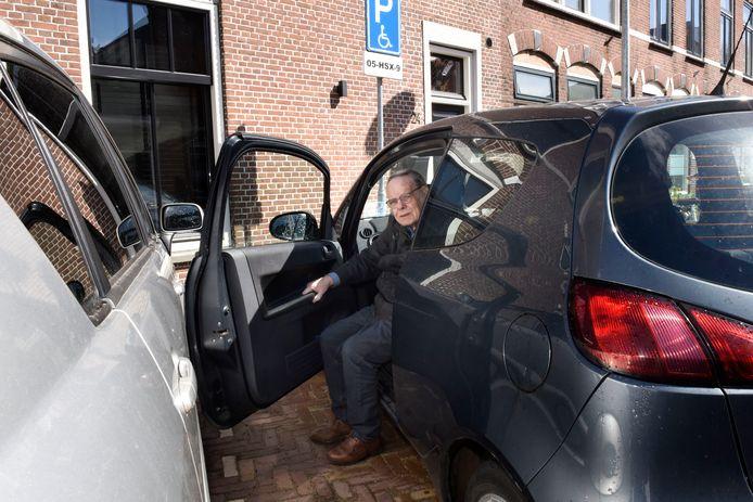 Omdat de auto naast hem slordig geparkeerd staat, heeft Lourens Blok op zijn gehandicaptenparkeerplaats regelmatig te weinig ruimte om uit te stappen.