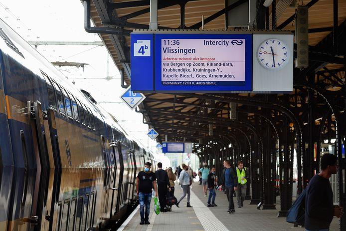 Trein naar Vlissingen staat klaar voor vertrek in Roosendaal.