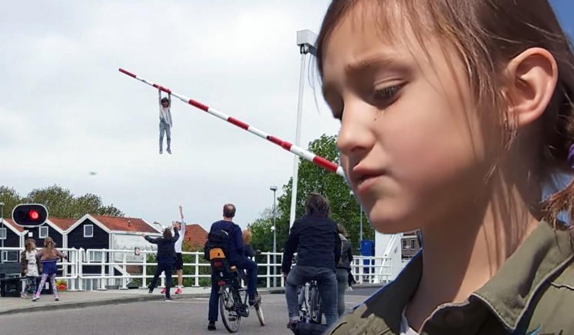Sofie (8) bungelde metershoog aan de slagboom. Fotomontage HLN