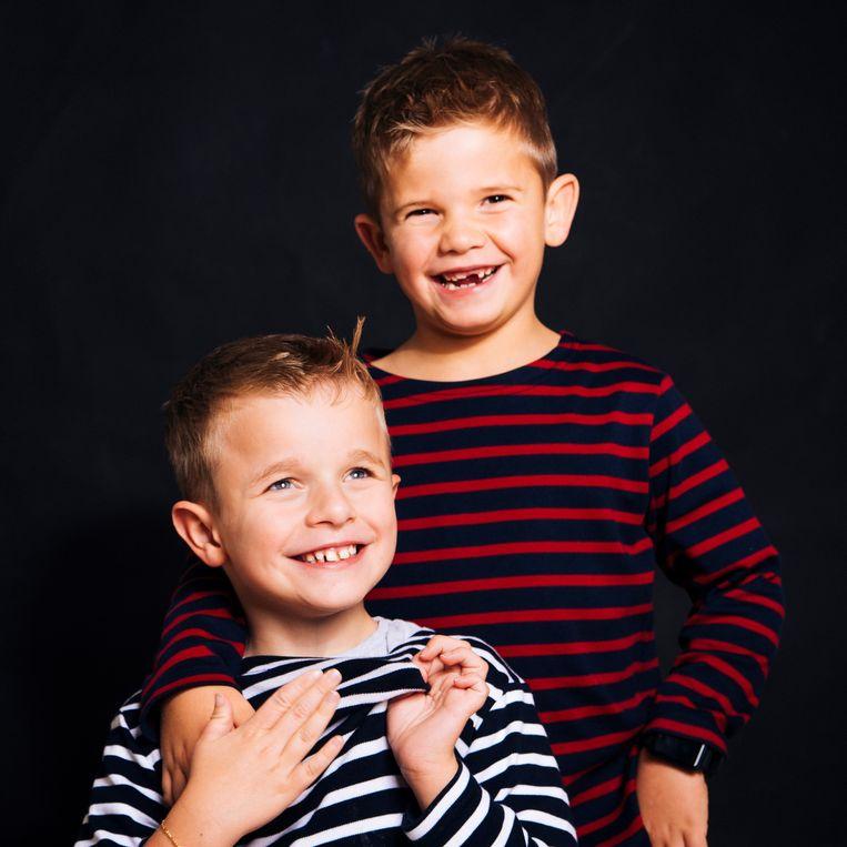 """Briek (vooraan) en kleine broer Warre. """"Ze komen heel goed overeen. Buiten zijn beperking is Briek ook een heel vrolijk en gezond kind."""""""