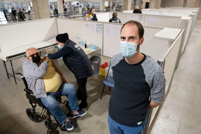 Projectleider vaccineren bij de GGD regio Utrecht Gerben van Manen bij iemand die wordt geprikt.