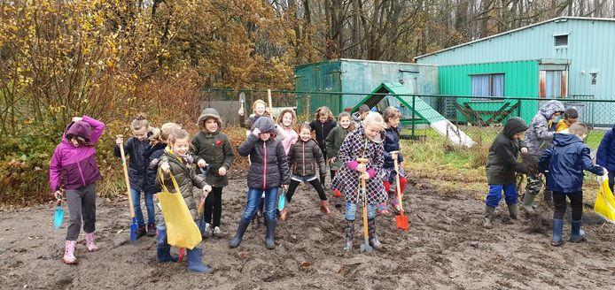 De leerlingen van Het Kompas trotseren de regen om struiken aan te planten.