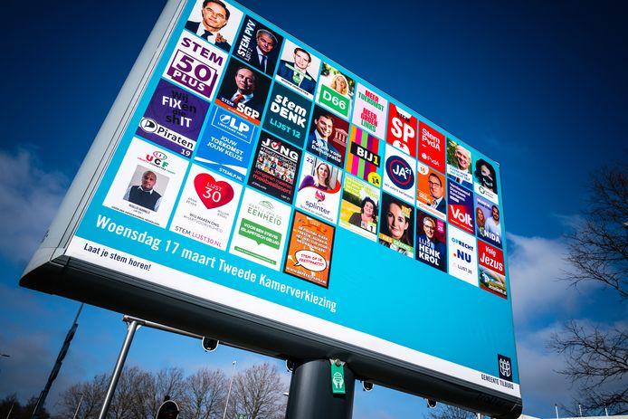 TILBURG - Een verkiezingsbord met verkiezingsposters voor de Tweede Kamerverkiezingen 2021 in Tilburg.