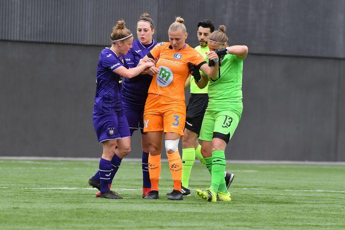 Ella Van Kerkhoven (AA Gent Ladies) raakte in de partij Anderlecht geblesseerd en wordt geholpen door haar toekomstige ploegmaats.