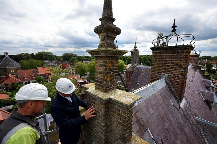 De restauratie van het oude stadhuis in Klundert valt flink duurder uit voor de gemeente Moerdijk. Dat geldt voor meer projecten.