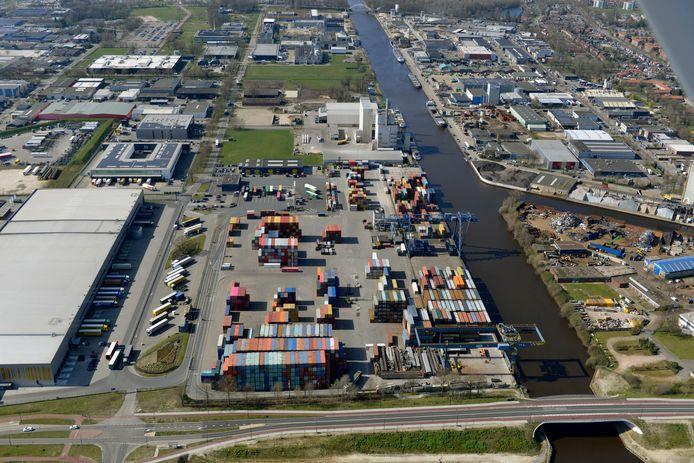 Containerterminal in Twente. In de nieuwe havenverordening, een soort aanlegbelasting voor schippers, is het jaarabonnement geschrapt. Schippers zijn boos.