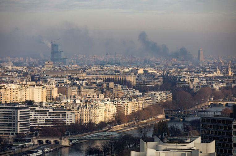 Luchtvervuiling boven Parijs. Beeld EPA