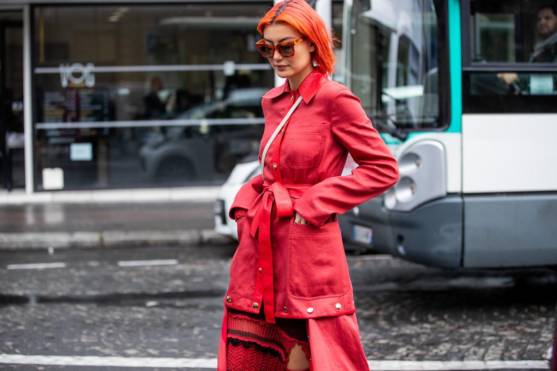 Model Amalie Gassmann showt in Parijs de kleur die we deze donkere dagen moeten koesteren. Beeld Getty Images