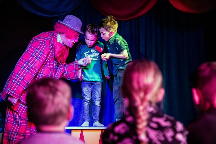 PR dgfoto Gelderlander Groesbeek: Het laatse optreden van Clown Kwibus tijdens een kinderfeestje.