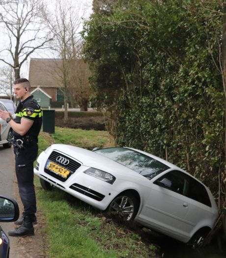Audi haalt bijna een nat pak na misser op de weg