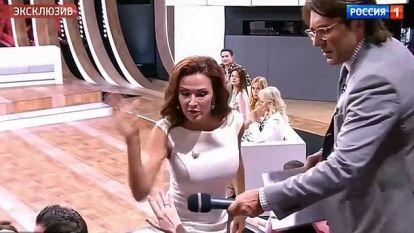 """""""Je hebt al zoon met syndroom van Down, wil je er nog zo een?"""" Zwangere actrice (49) slaat gast uit publiek na kwetsende opmerking"""