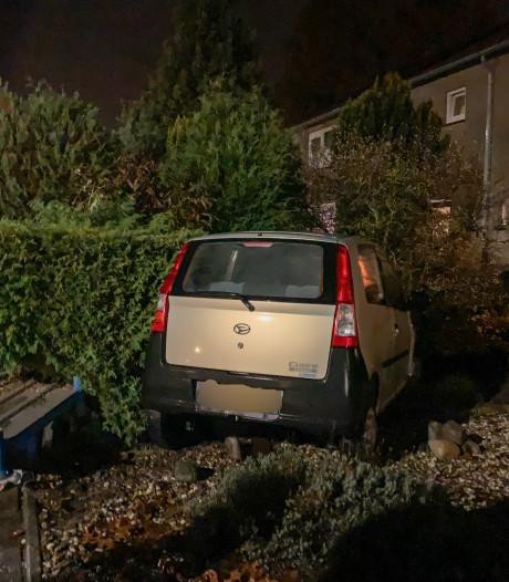 Auto belandt in tuin  Vriezenveen, bestuurder met schrik vrij