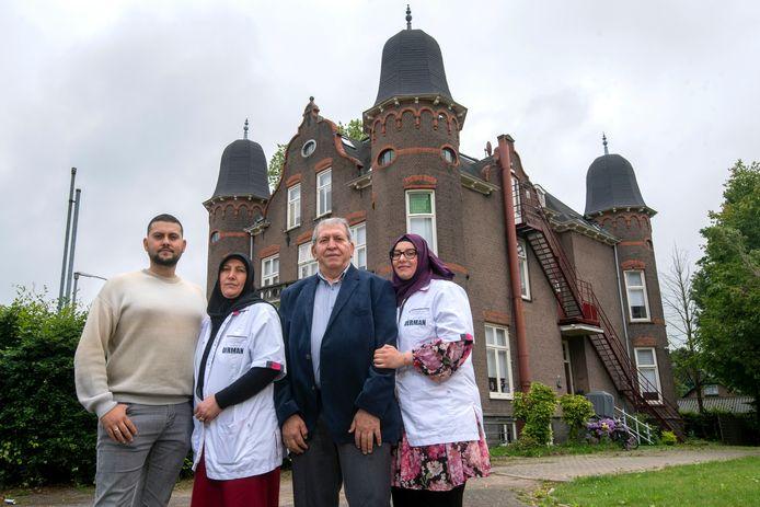 Tweede van rechts Mustafa Demirci, met naast zich zijn vrouw Aysel, zoon Eren en dochter Elmas. Op de achtergrond het gebouw Rhederpark, waarin zij Derman Woonzorg vestigen.