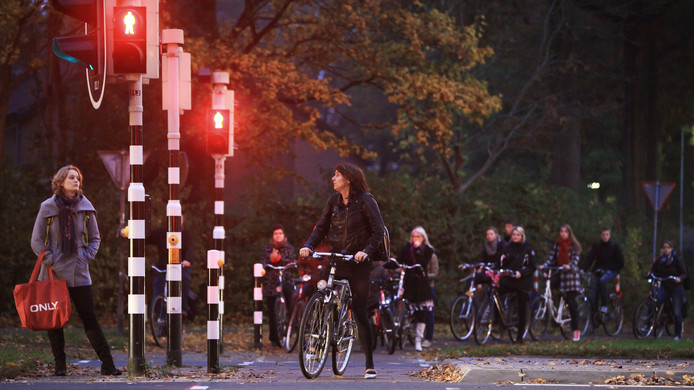 Een ochtend in Wageningen, met voornamelijk studenten. Hier het kruispunt Churchillweg, Nijenoord Allee en Bornsesteeg.
