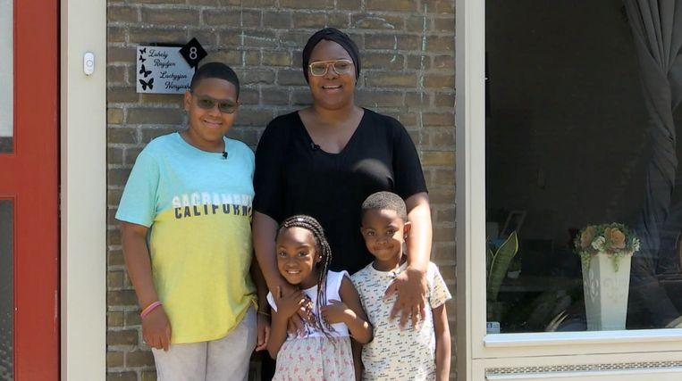 Zuhely Lomp en haar drie kinderen voor hun huis in Tilburg. Beeld