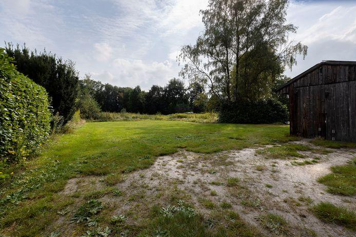 Onbebouwde locatie in Riethoven waar (mogelijk) een nieuwe woonwijk komt, middenin het centrum. De wijk komt in dit gebied tussen de Tonterstraat, Dorpsstraat en Gildestraat.