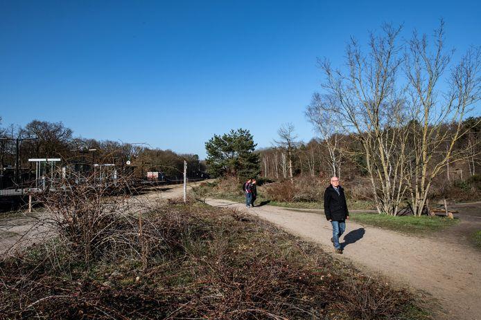 Koos Kalisvaart loopt op het zandpad tussen de spoorlijn en de natuur in Molenhoek. Hij voert actie tegen een ontsluitingsweg over die plek.