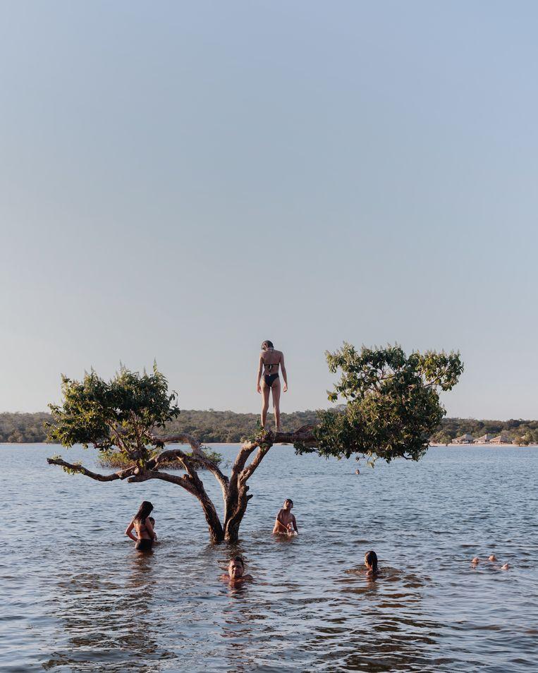 Jongeren zwemmen in de rivier Tapajós bij Alter do Chão. In augustus zakt het waterniveau al, in september volgt de echte hitte.  Beeld Luisa Dorr