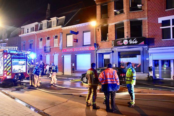 De brand vernielde de keuken,linksboven op de eerste verdieping boven het gloednieuw wokrestaurant, in de Wandelingstraat in Kortrijk.