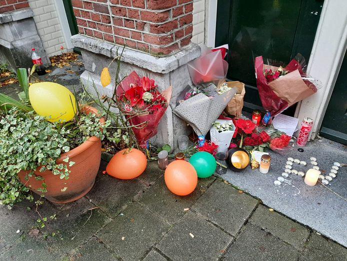 Bloemen bij de woning waar het drama plaatsvond.