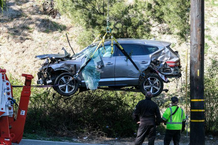 De auto van Tiger Woods wordt na het ongeval weggetakeld.