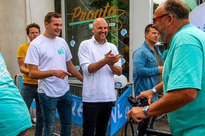 Een trotse Daan Laseur onthaalt de deelnemers van de  Daans Drive to Fight Cancer.