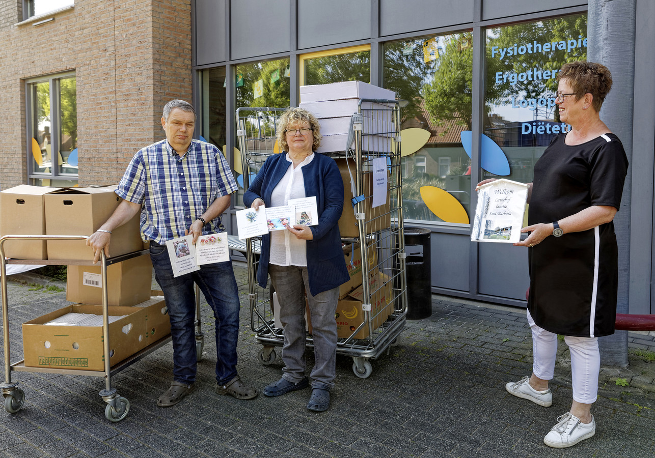 Sjaak de Groot en Dion van Dijk overhandigen bordjes aan teammanager Welzijn Dion van Kaathoven.