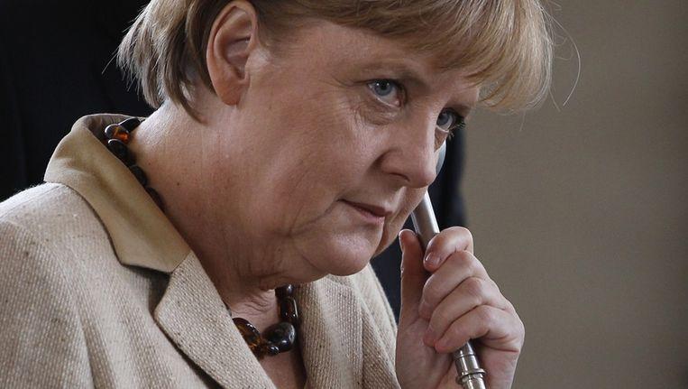 Angela Merkel aan de telefoon. Beeld reuters