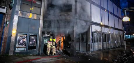 Politie op zoek naar twee verdachten op scooter na brand in restaurant Hoogstraat in Arnhem