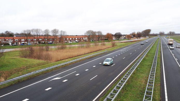 De A58 bij Arnemuiden, met links de woningen aan de Oude Havenstraat.