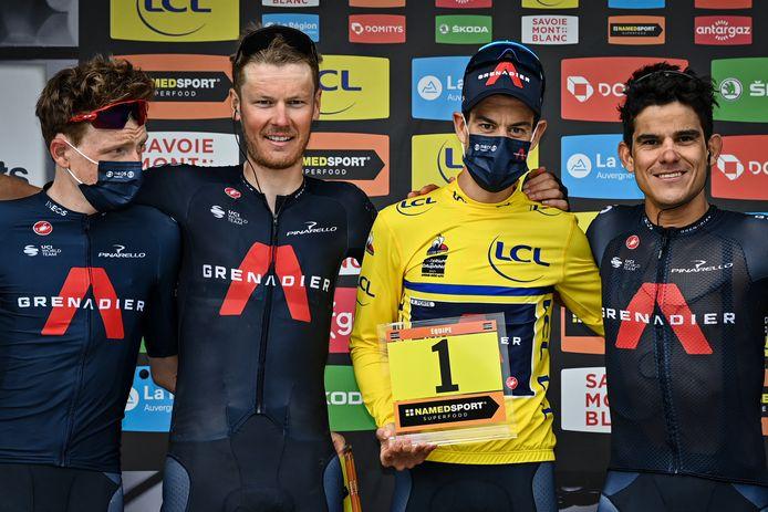 Dylan van Baarle (tweede van links) op het podium na het Critérium du Dauphiné, samen met Girowinnaar Tao Geoghegan Hart (uiterst links), Dauphiné-winnaar Richie Porte (tweede van rechts) en Andrey Amador (uiterst rechts).
