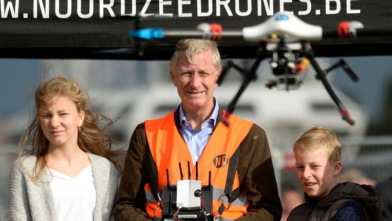 Koning Filip, prins Emmanuel en prinses Elisabeth brachten een bezoekje aan het opleidingscentrum van het technologisch bedrijf Noordzee Drones in Zeebrugge. Koning Filip en prins Emmanuel toonden hun kunsten met een van de drones. Beeld BELGA