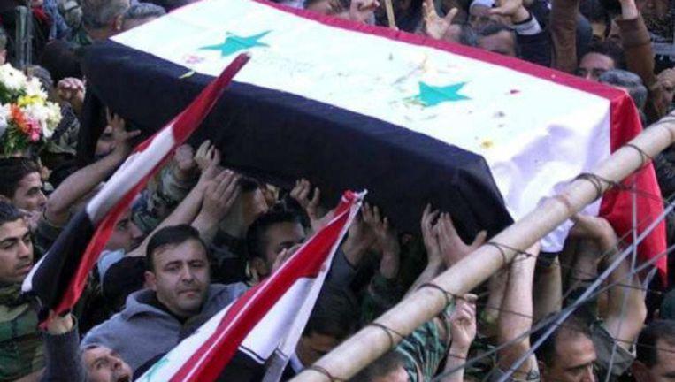 Het Syrische persbureau verspreidde deze foto: de begrafenis van een legerofficier. Beeld