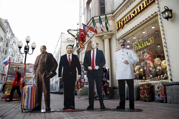 Lenin, Xi, Trump en Stalin staan gebroederlijk op straat in Moskou. Poetin ontbreekt. Beeld Getty Images