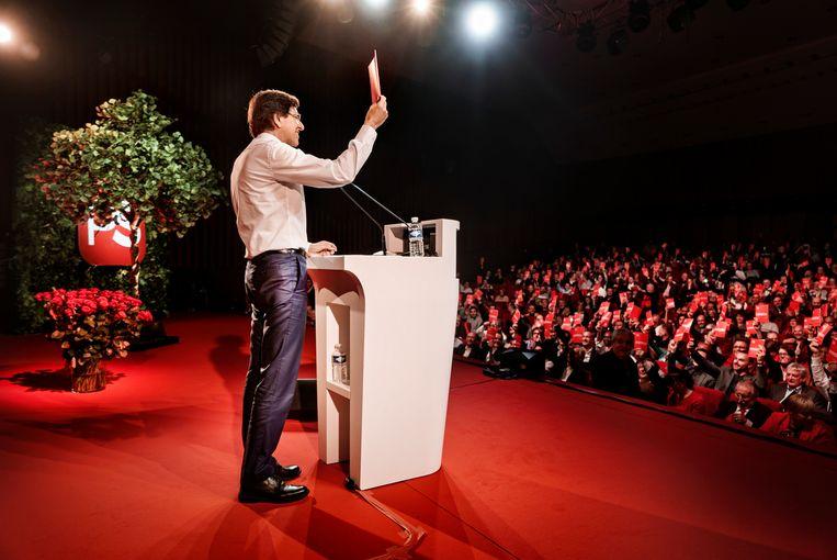 Elio Di Rupo met het nieuwe manifest op het PS-congres in Luik. Beeld Eric de Mildt