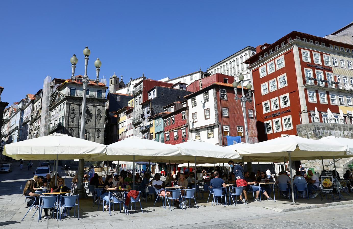 Volle terrassen in Porto.