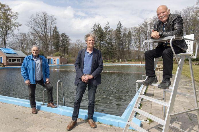 De schrijvers van het boekje over het Rekkense zwembad Henny van Doorn (l), Henk Sieben en Peter van de Vondervoort bij het bad.