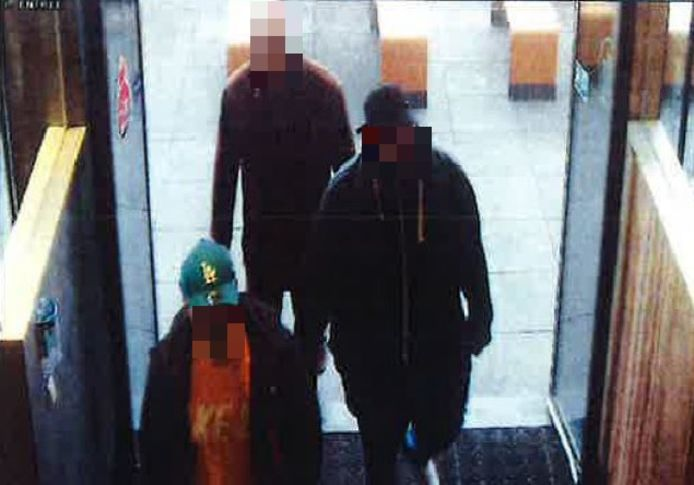 Kort voor de viervoudige moord in Enschede worden de vier verdachten gezien bij McDonald's, blijkt uit het politiedossier.
