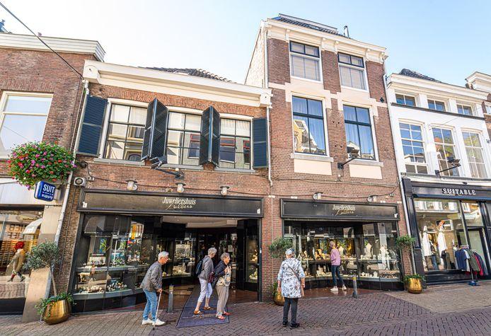 Dit pand in de Luttekestraat in Zwolle, waar tegenwoordig een juwelier zit, draagt een heftige geschiedenis met zich mee.
