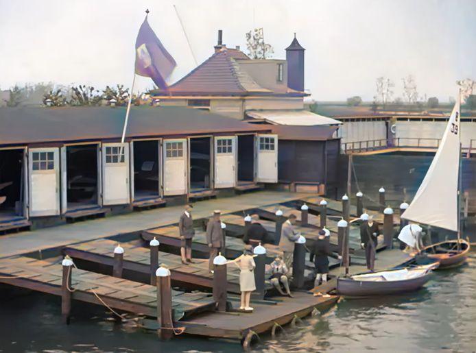Het boothuis langs de Eem waar kleine zeilbootjes en roeiboten lagen afgemeerd.