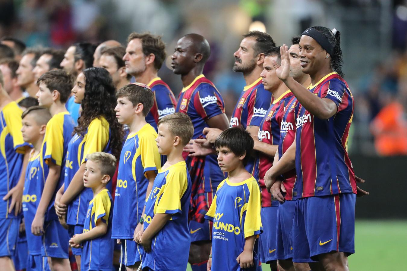 Ronaldinho zwaait naar de fans voor aanvang van de wedstrijd.