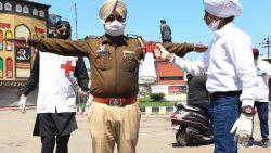 Tienduizenden mensen in quarantaine door één Indische goeroe die 'superverspreider' blijkt